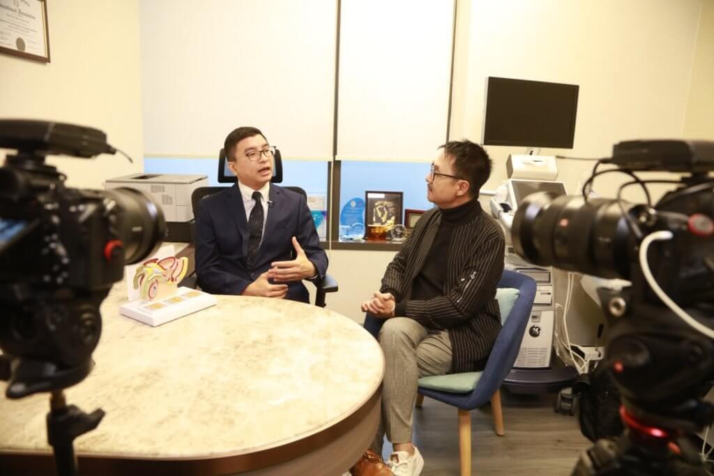 陳樹賢醫生向陳圖安解釋膀胱結構與尿頻定義