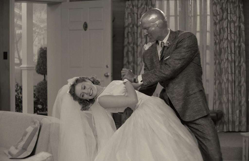 伊莉莎伯奧遜與保羅比特尼合演的Marvel超級英雄劇集《WandaVision》,大玩懷舊處境喜劇,講述二人爆笑婚姻生活,大獲好評。