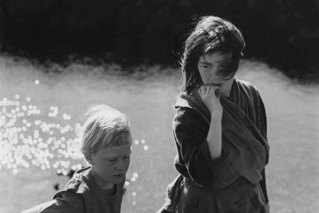 片中兩位各自失去母親的小孩及少女,成了知己好友。