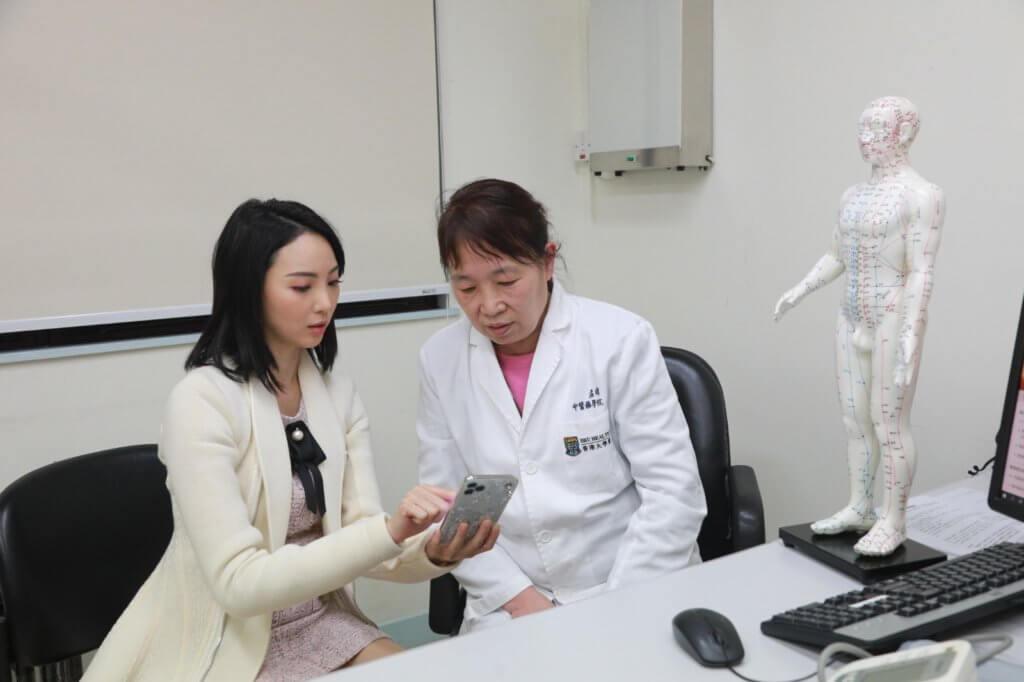 郭千瑜將經期紊亂的情況告訴孟博士,幫助了解荷爾蒙失調的原因。