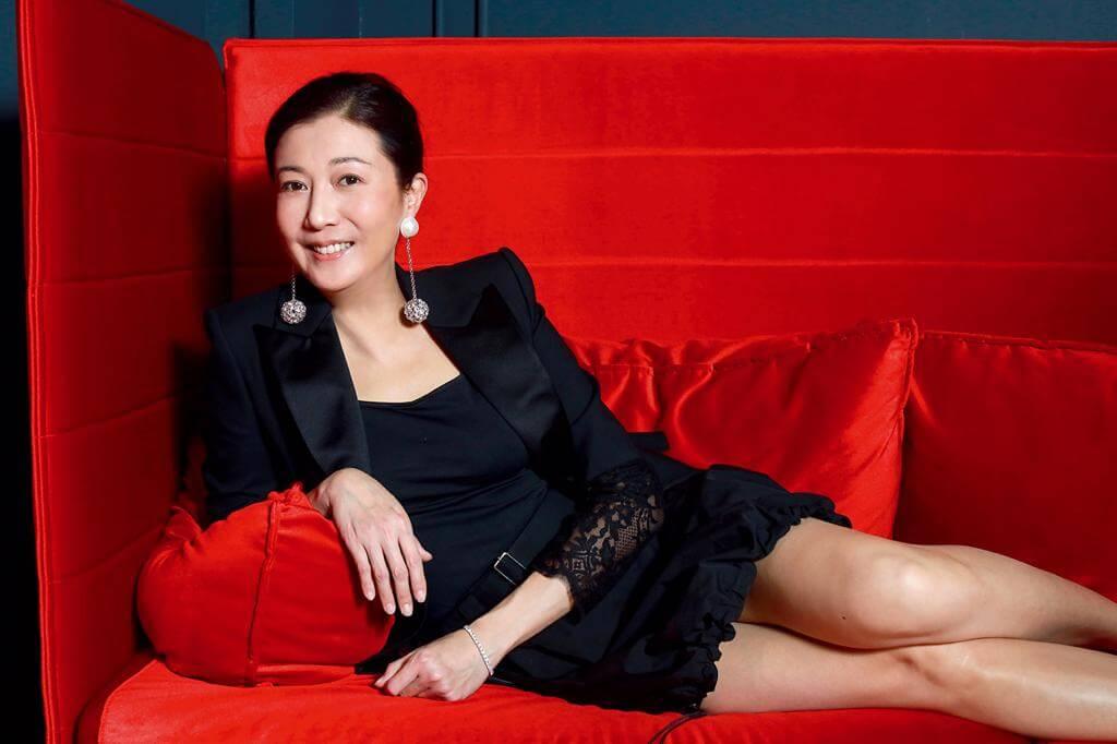吳綺莉曾經是無綫力捧花旦,當年為成龍誕下女兒吳卓林,震驚娛樂圈。