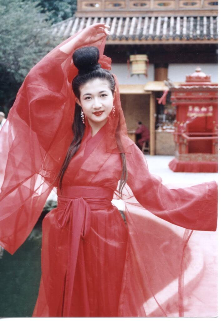 吳綺莉當年參選亞姐,以古裝扮相在荔園出席活動,她表示由於身高五呎十吋,從未被派演古裝劇,這個造型是難得的一次。