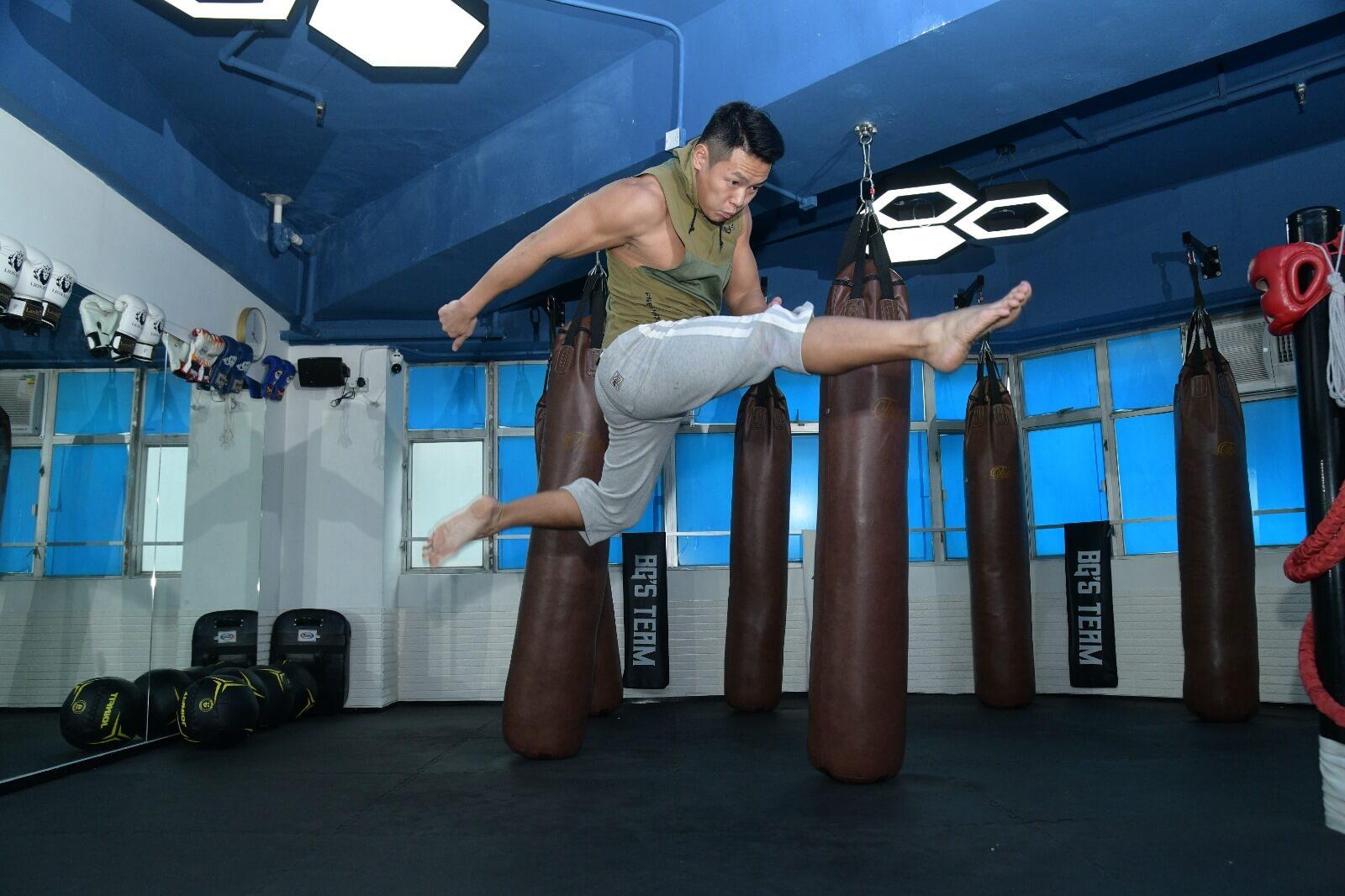 跳起踢腳的動作,主要是踢對方的頭部。
