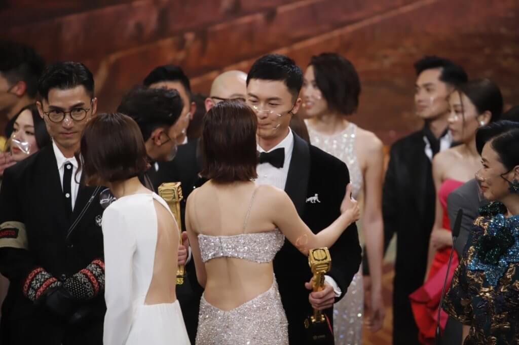 鏡頭後,陳自瑤亦有上前跟王浩信抱抱兼祝賀,跟鏡頭前的木無表情大相逕庭。