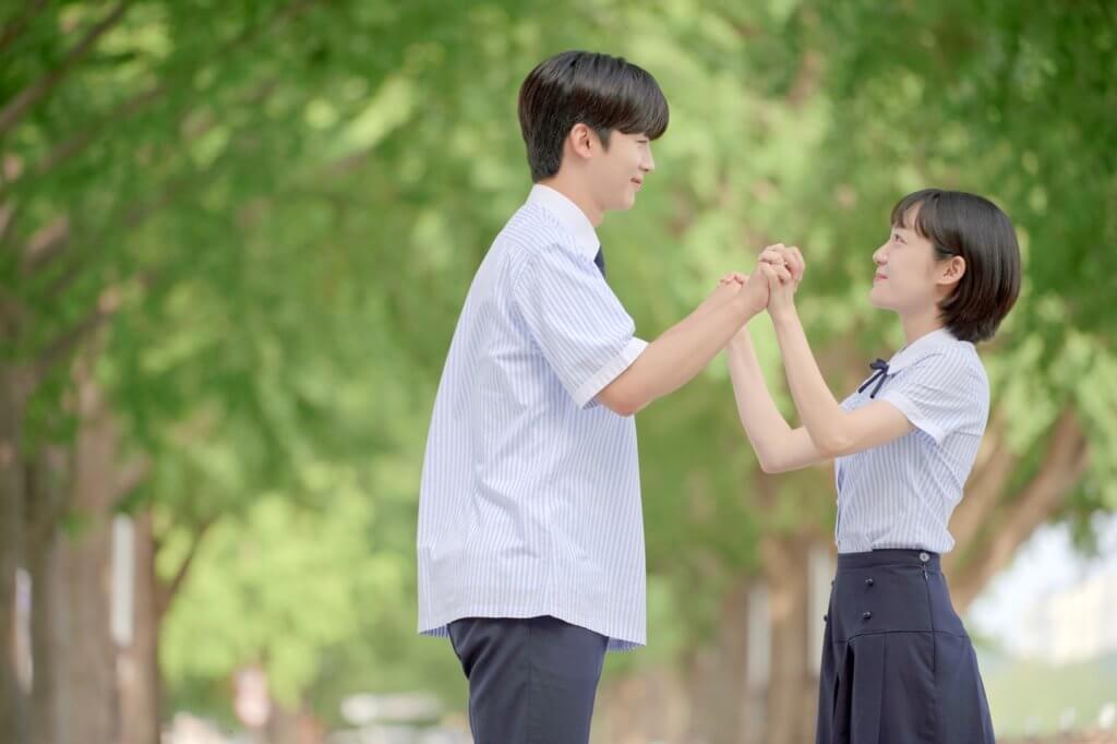 廿七歲的蘇珠妍穿起校服沒違和感,跟金曜漢的身高萌更成為話題。