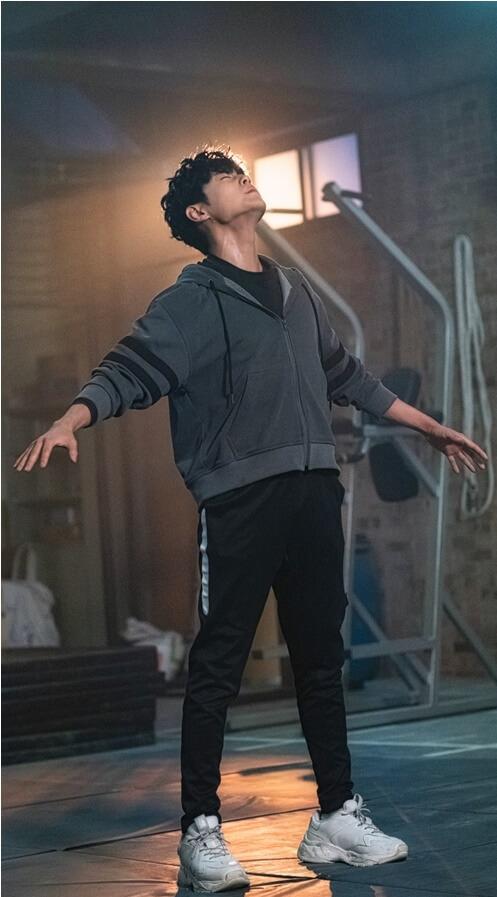 收身後的趙炳圭在劇中更是身手敏捷,打得熱血。