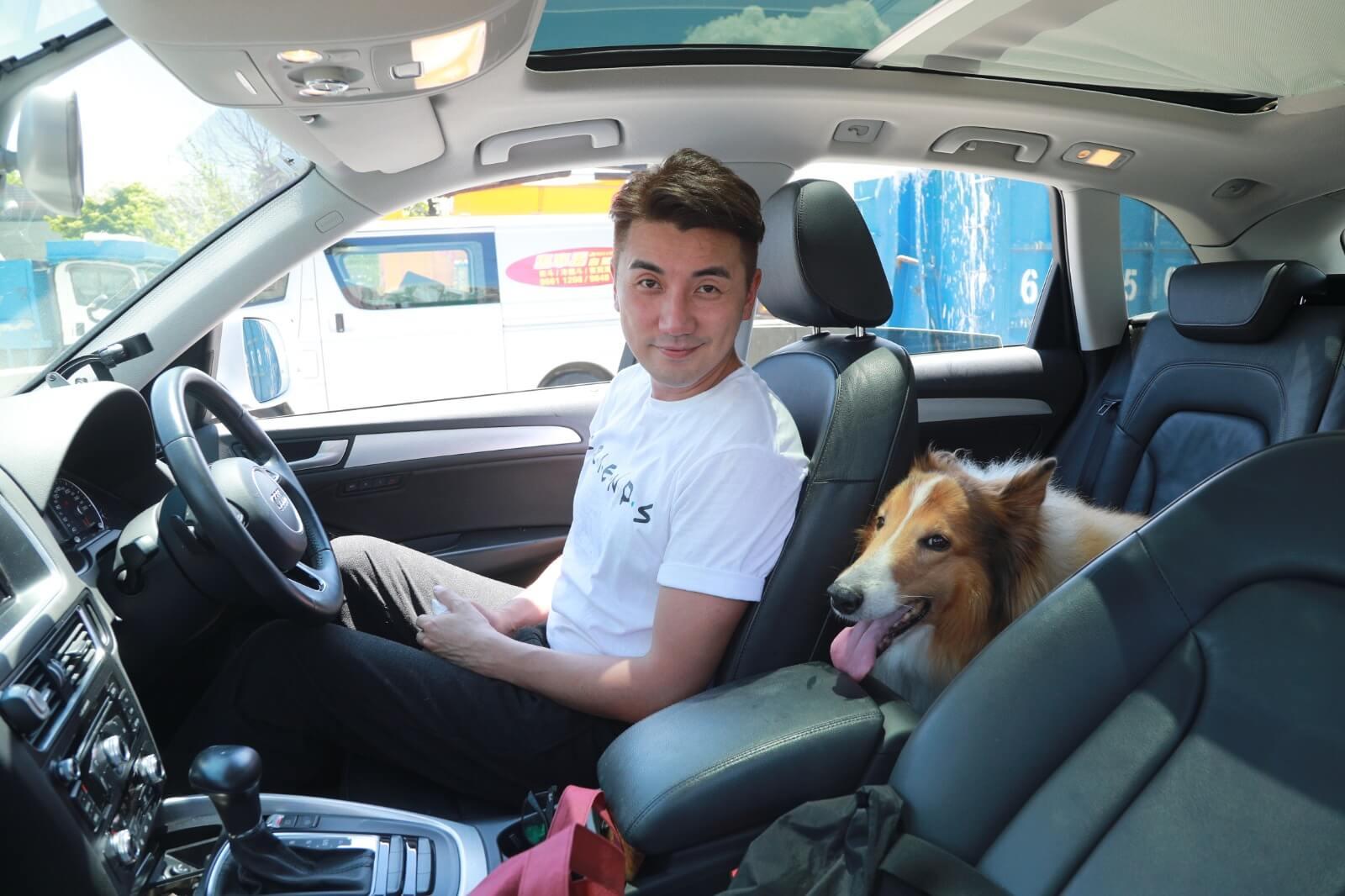 由於Coco屬大型犬,每次出入都需要由洪永城專車接送。