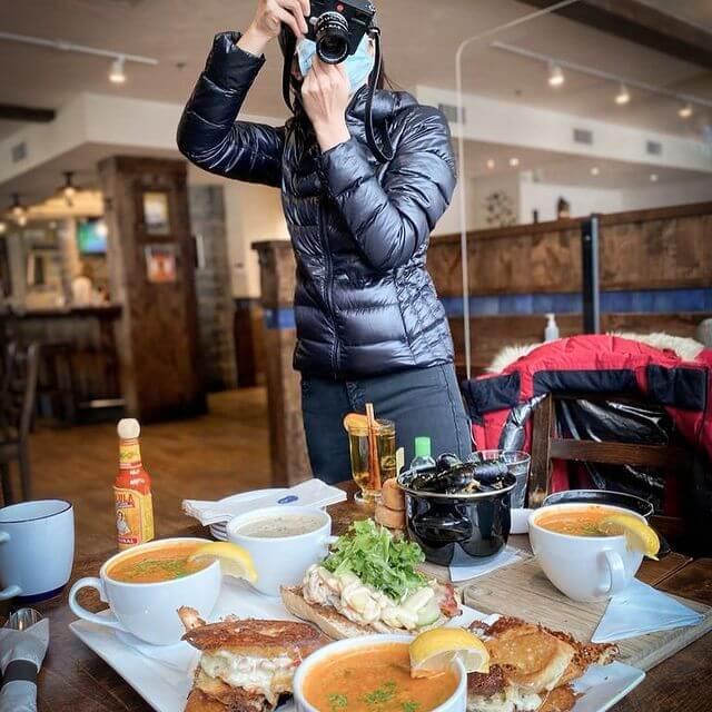 自從愛上攝影後,麥美恩經常都是相機不離身。