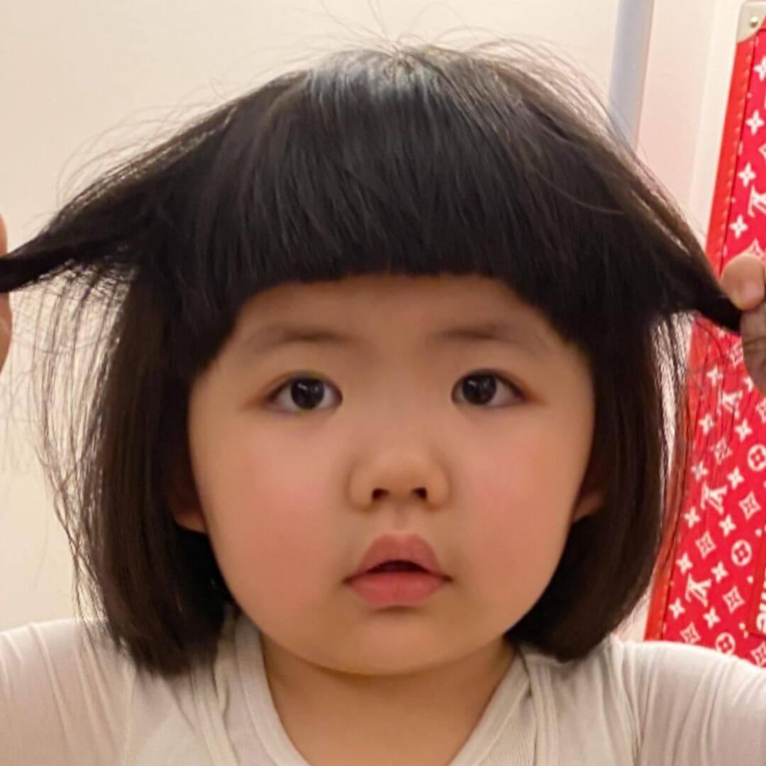 Lucy無請髮型與表情都跟媽媽一樣
