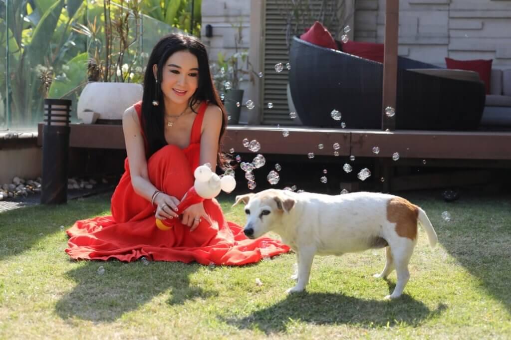 溫碧霞早前離港工作近半年,十分掛念家中兩隻愛犬。
