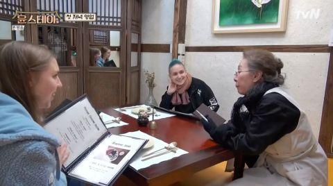 尹汝貞以流利英文跟客人對答,又笑自己年紀大記性差,所以記唔熟菜牌上的餐品。
