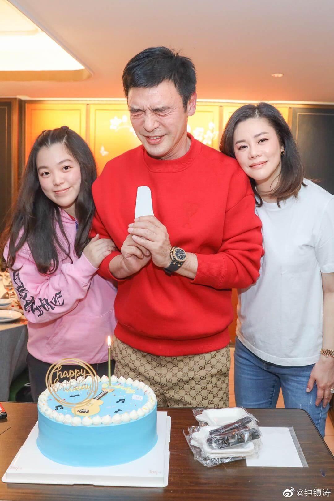 鍾鎮濤與各好友慶生,老婆范姜、女兒鍾嘉晴都有陪伴身邊。