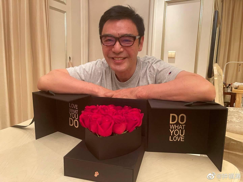 鍾鎮濤生日收玫瑰花