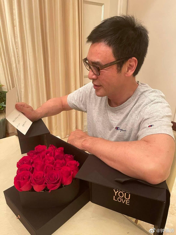 玫瑰禮盒附送心意卡,鍾鎮濤看得認真。