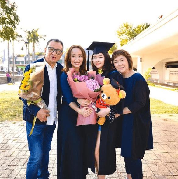 許紹雄的女兒大學畢業,現時在新加坡開餐廳大展拳腳。