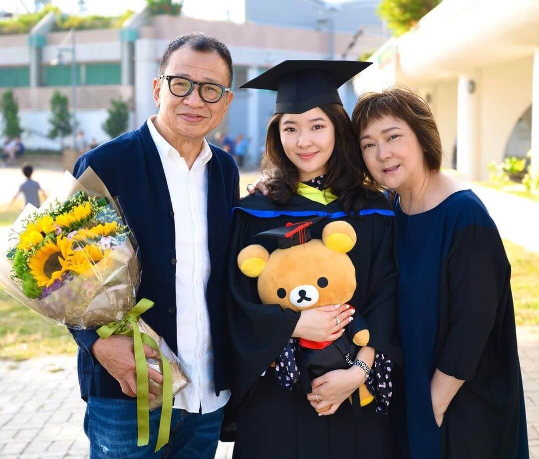 許惠菁去年完成大學傳理系學士課程,以一級榮譽成績畢業。