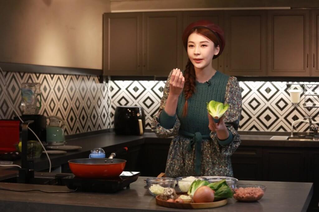 施匡翹平日喜歡下廚,會研究新的素食菜式。