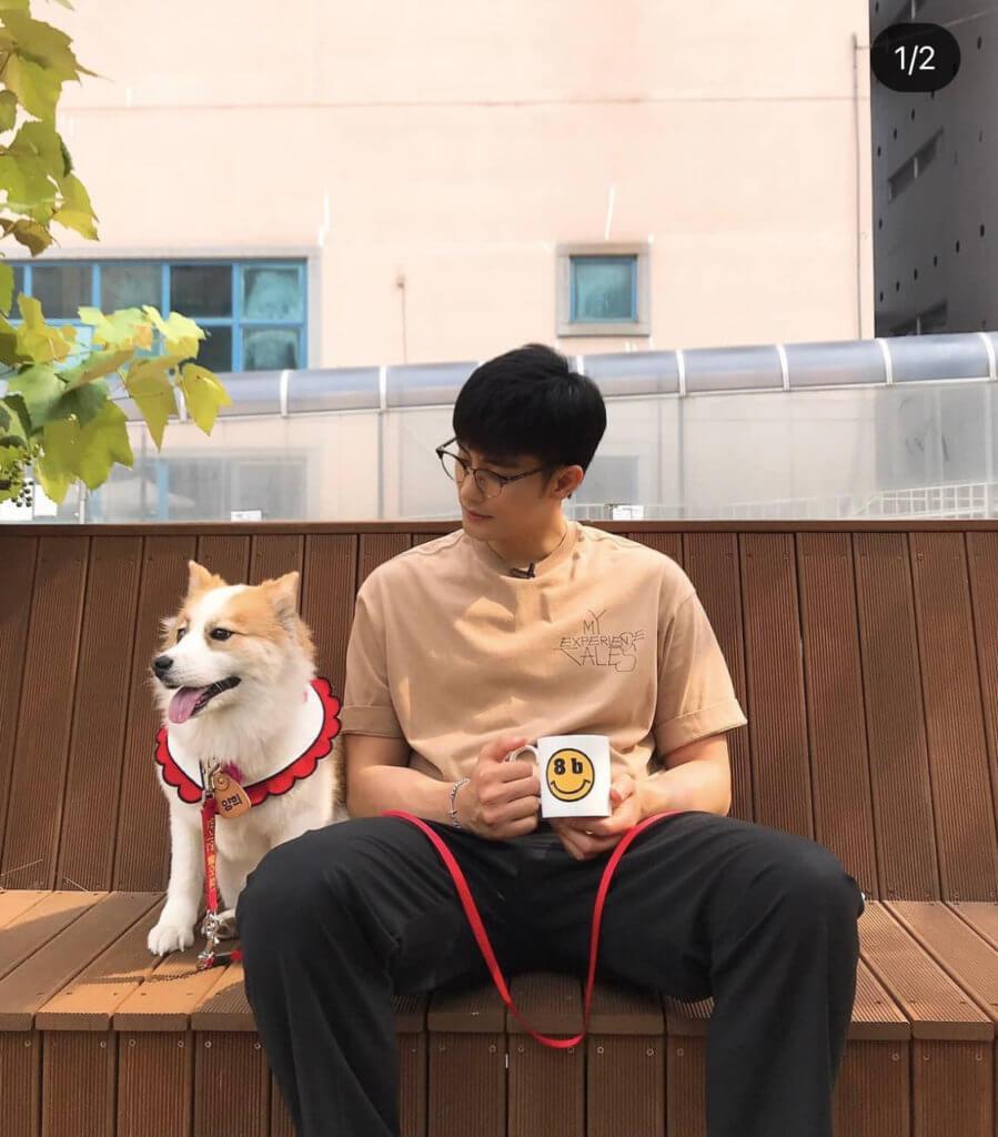 成勛是標準狗奴,最愛和狗狗玩,更會帶牠開工。