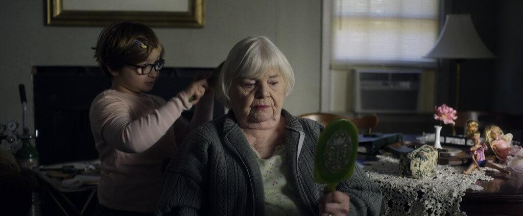 祖母十分疼愛鄰家苦命小男孩
