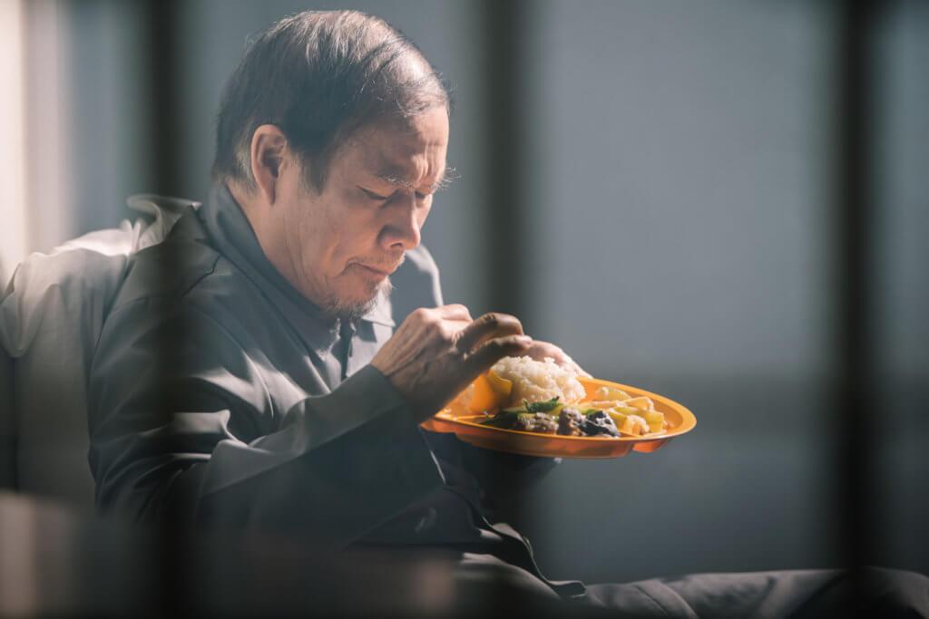 白彪在《踩過界Ц》飾演露宿者全叔,揭示無家者淒苦。