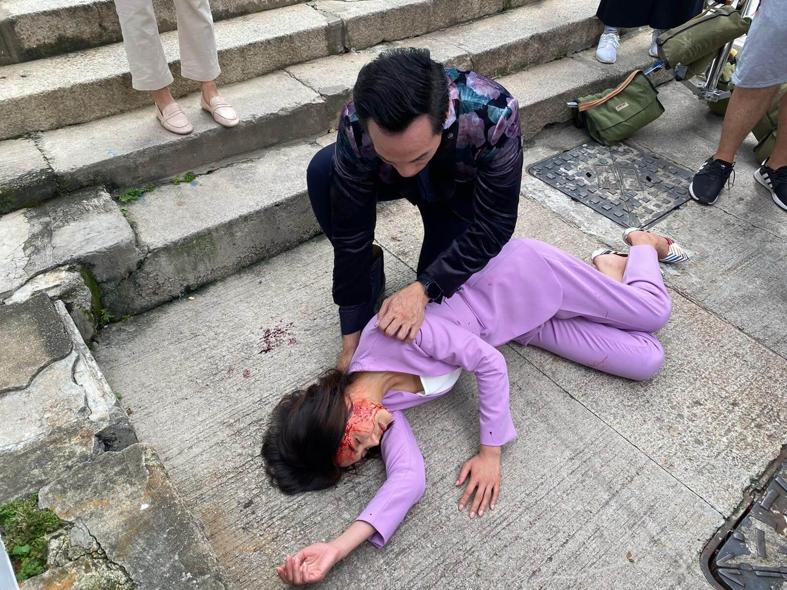 劇中演陳豪前妻,她被人推落樓梯,導致頭破血流,陳豪在旁呵護。