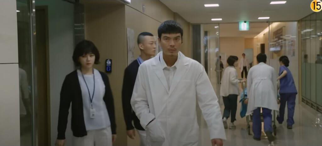 金盛吳飾演特種部隊出身的間諜,一直追捕金來沅。