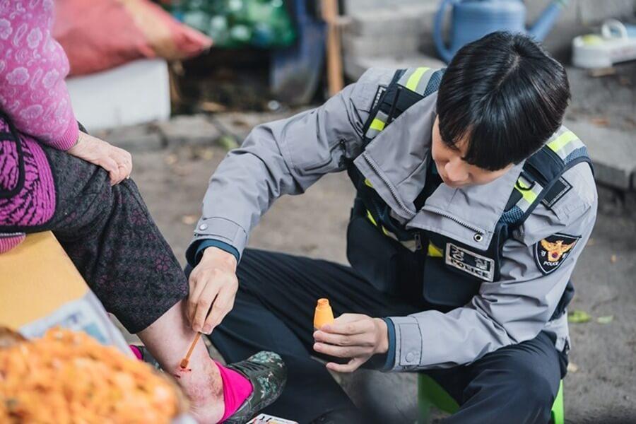 李昇基為受傷市民治療,大顯細心一面。