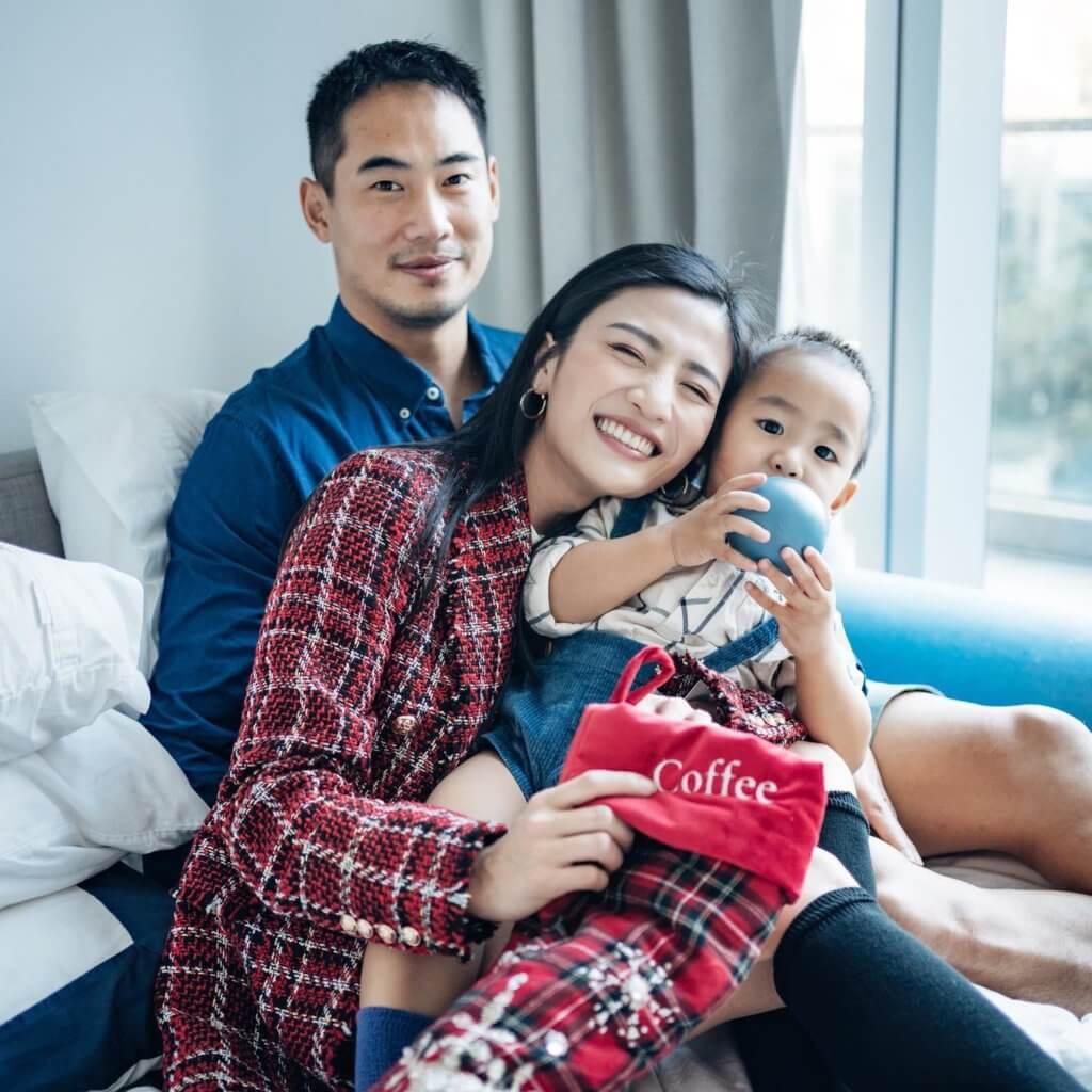 她笑言兒子是兩夫妻的「第三者」,現時每晚睡在中間,很難有造人計劃。