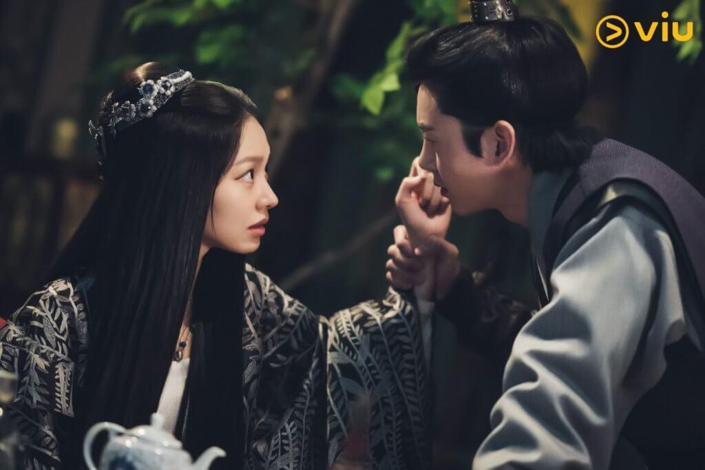 崔有華及李知勳在劇中為了謀權,互相猜疑。