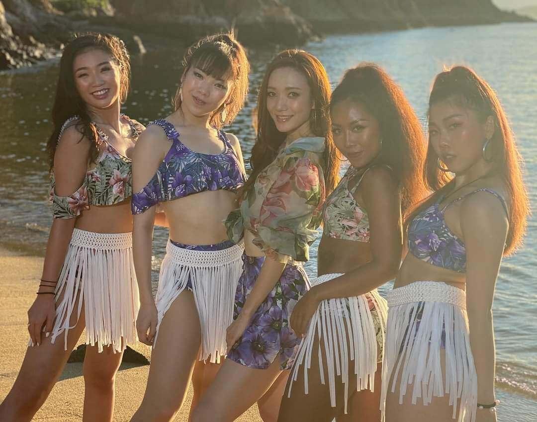 去年推出首支單曲《Casada》,更自資找來辣妹舞蹈員拍攝MV,大跳勁舞。