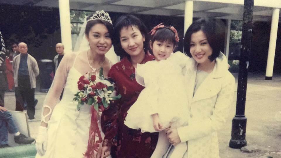 黃美棋在《刑事偵緝檔案》中演陳美琪的女兒,鄭秀文和郭可盈都有參演該劇,Sammi仲抱住美棋BB。