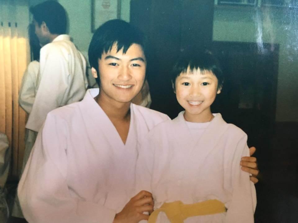 小女孩黃美棋與少年謝霆鋒,兩人年齡相差九年。