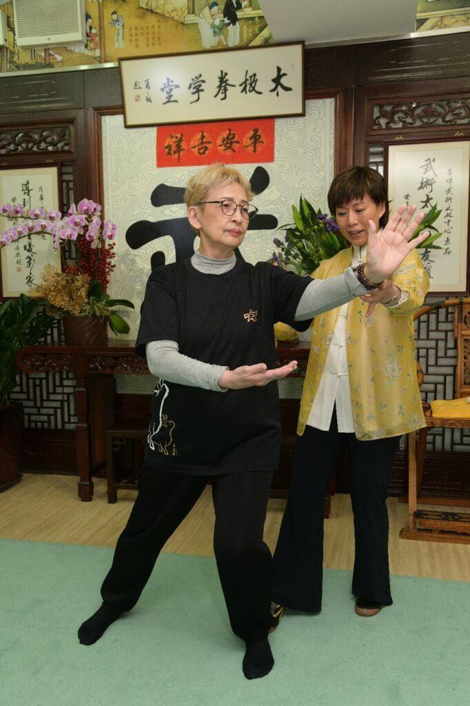 雲手﹕左腳實,右腳虛,重心由左至右平移,重心在左手平胸,雙手交替時重心移動。