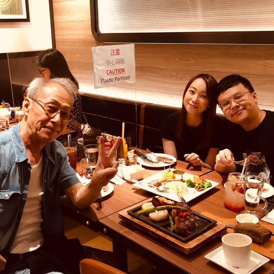 去年父親節,兒子黃榮璋和女友請棠哥食飯慶祝。