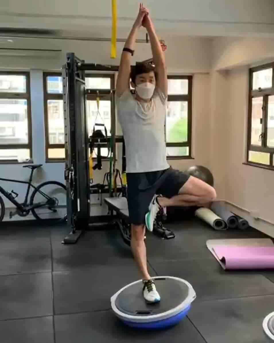Rex單腳站於半圓平衡球上,做出多個瑜伽動作,令粉絲讚嘆不已。