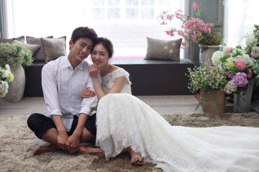 玉澤演雖然外形陽剛,但也曾演過愛情喜劇,在電影《結婚前夜》中飾演婚前患得患失的準新郎。