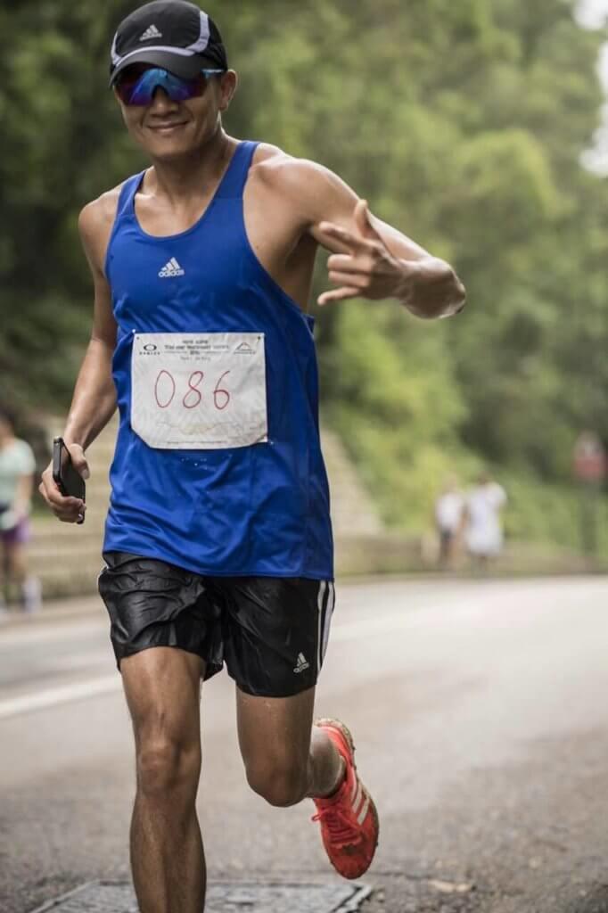 他近年熱愛跑步,亦有參加馬拉松,勤做運動身形甚弗。