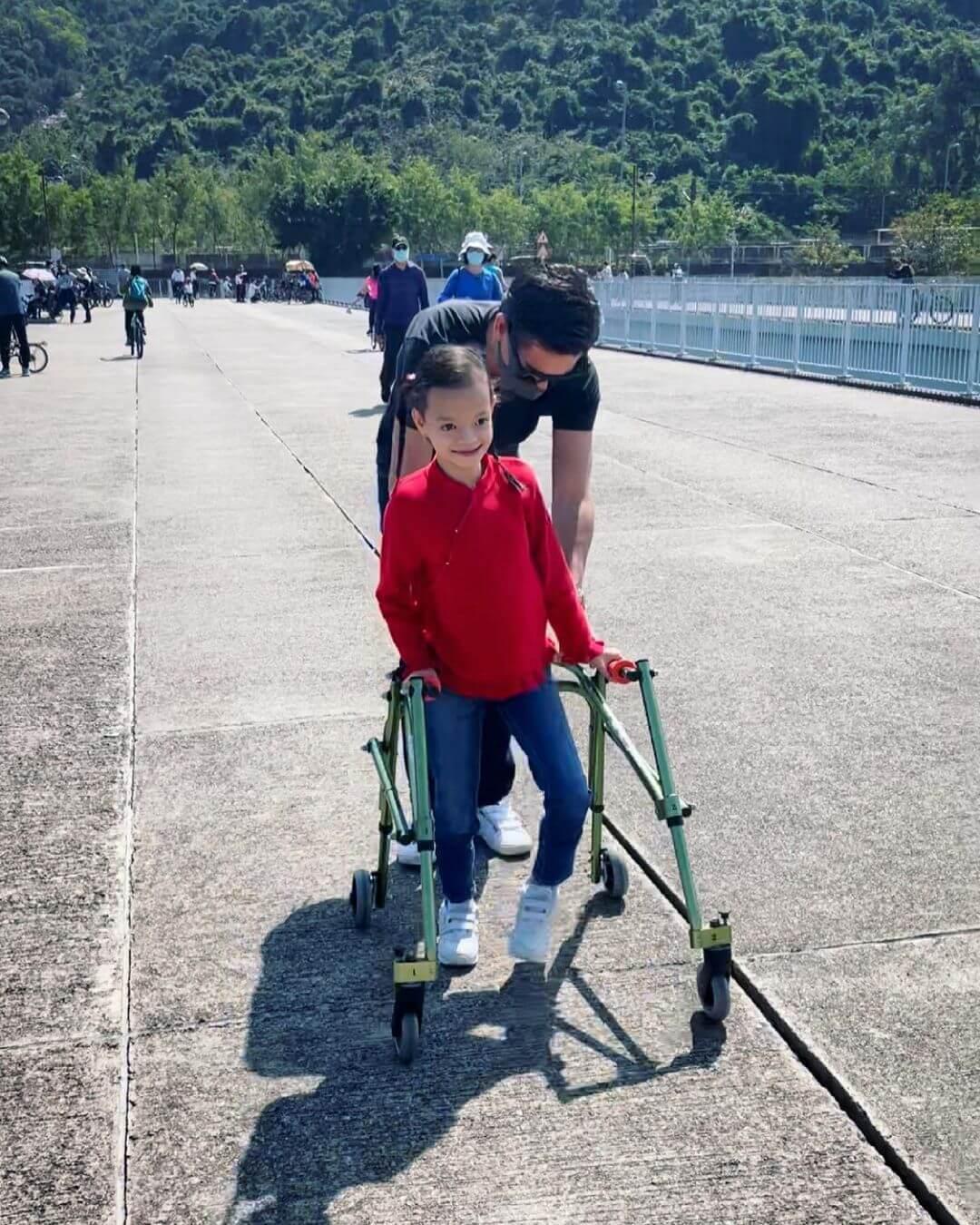 Isabella扶着特製學行輔助車,堅強地邁出一大步。