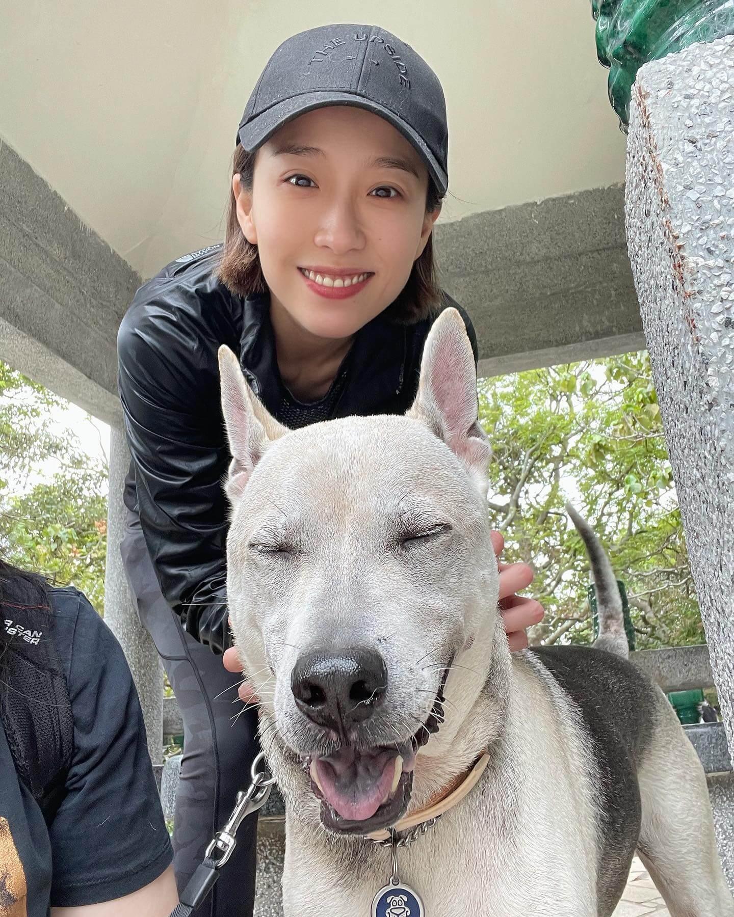 近日她經常帶愛犬行山,輕鬆一下。