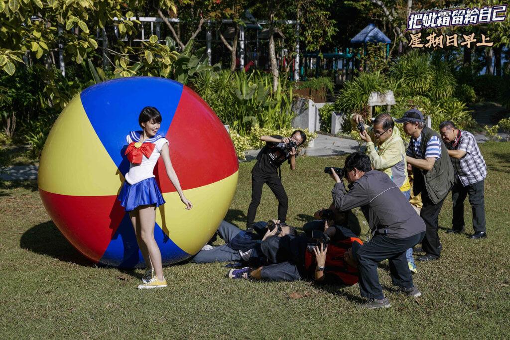 蘇皓兒在劇中穿上超短裙Cosplay,被一班龍友圍着狂影。