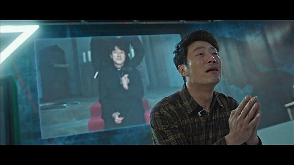 李熙俊在《窺探》中飾演辣手刑警,處事偏激,全因他小時候經歷父母被殺的慘劇。上星期播出的集數,他向要脅殺他哥哥的犯人親自下跪。