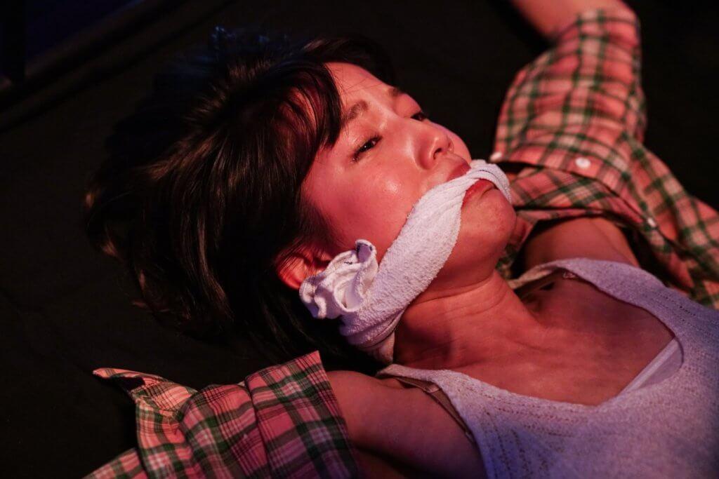 蘇皓兒在《把砒霜留給自己》的單元《星期日早上》飾演私影妹,被變態攝影師五花大綁,掙扎至青筋暴現。