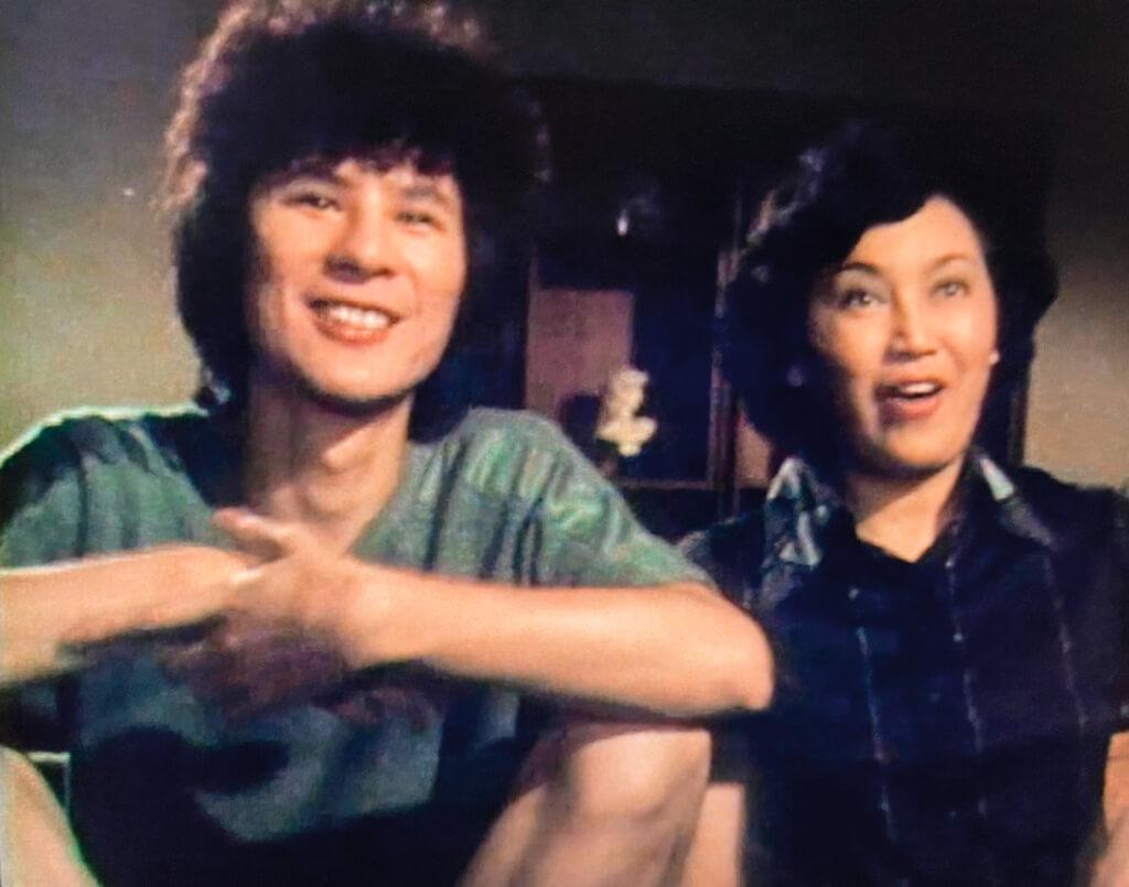 李香琴和甘國亮,演母子會不會是唯一一次?雖然同場出現的例子早就有了。《永恆的春天》(1976)琴姐是女主角汪明荃的媽媽,與男主角甘先生就有不少叫人動容的互動:因為深愛同一個失去視力的女孩。