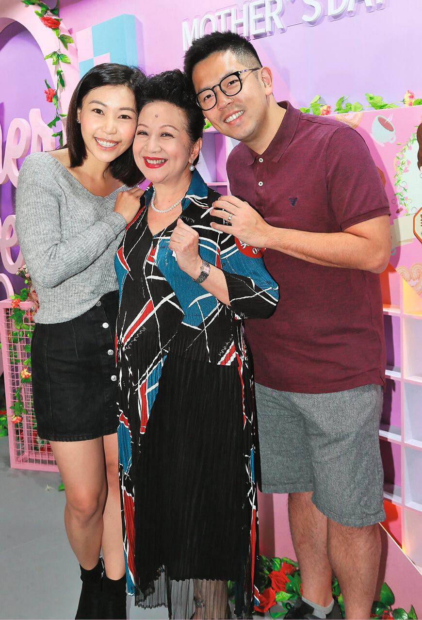 薛家燕與兒子石耀庭、新抱陳素怡