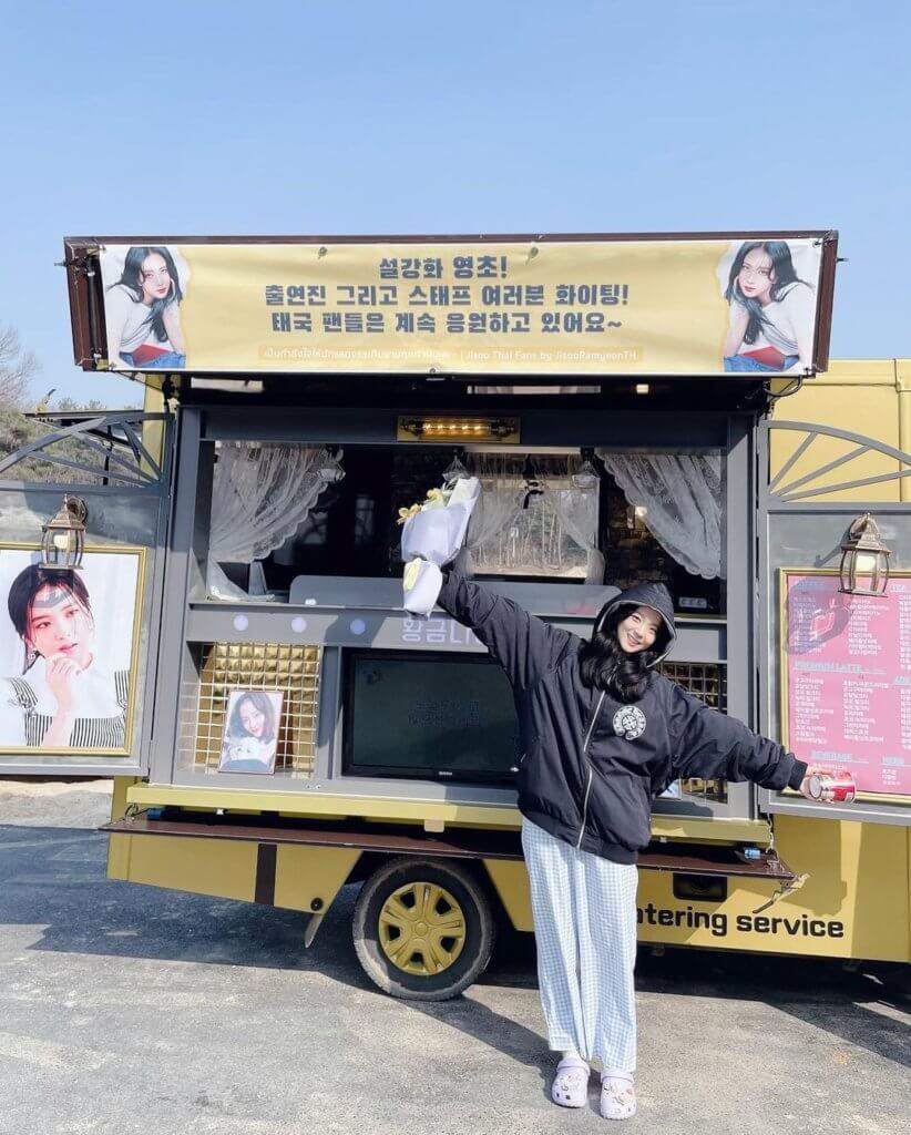 智秀的泰國粉絲特別為她準備小食車,令她大為感動。