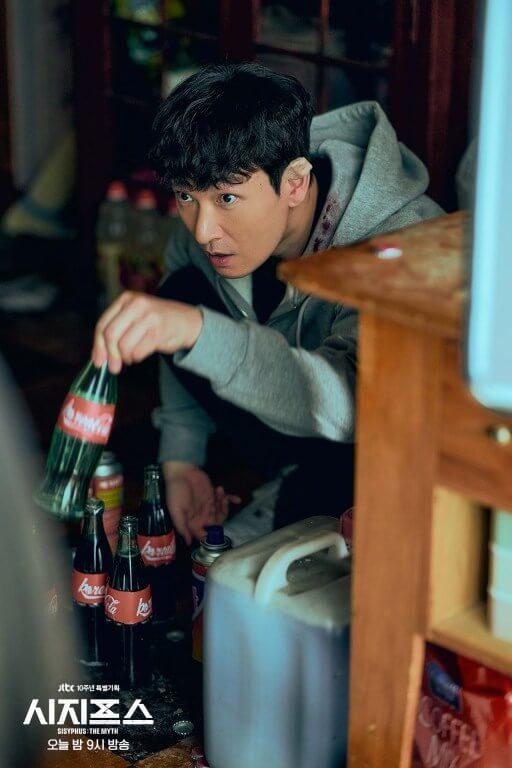 曹承佑在劇中是天才工程師,可以把可樂造成武器。