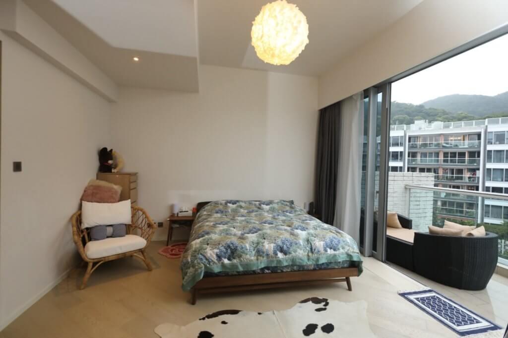 主人房在三樓簡潔明亮,是王傲山和太太的私人小天地。