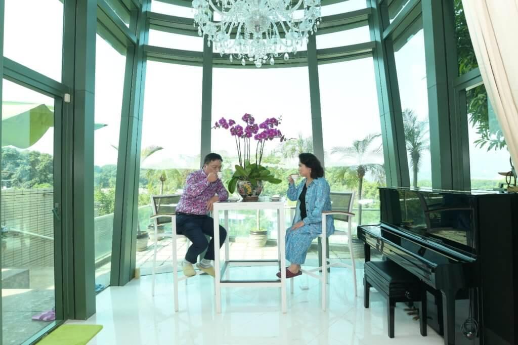 大廳面向露台的位置,是兩夫婦閒時撐枱腳的地方。