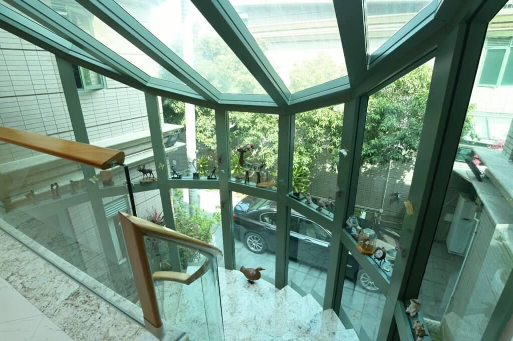 原本密封的樓梯,改建後將室外自然光引入屋內,早上的陽光照在屋內,避免潮濕也令家中有足夠採光。