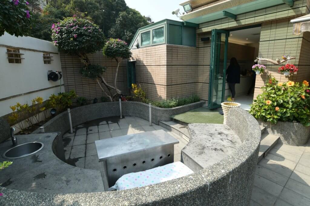 屋前的園形小花園是燒烤場地,直通廚房後門方便傳遞食物。